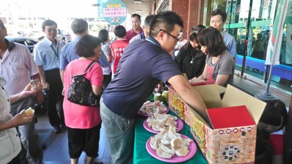 基隆愛三路郵局舉辦文旦促銷,原價10台斤在網路上販售要價7、800元的柚子,現場只要500元,吸引民眾蜂擁而上搶購。(基隆郵局提供)