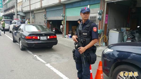 太陽會大老李文展今天公祭,警方荷槍實彈在主要入口警戒。(記者黃淑莉攝)