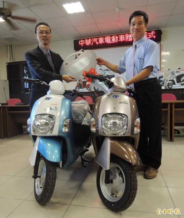 羅東高工獲贈2輛電動機車,由校長張以方(右)代為受贈,左為中華汽車專案經理張賢錦。(記者江志雄攝)