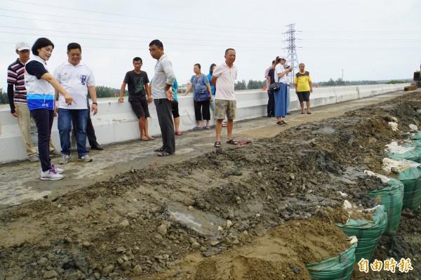 台西舊虎尾溪頂段外堤坍塌約300米,官員、立委、民眾一起會勘。(記者詹士弘攝)