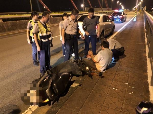 黃男昨晚被巡邏警方鎖定,在橋上前後包抄,將黃男圍捕到案,今天依竊盜罪嫌將他送辦。(記者彭健禮翻攝)