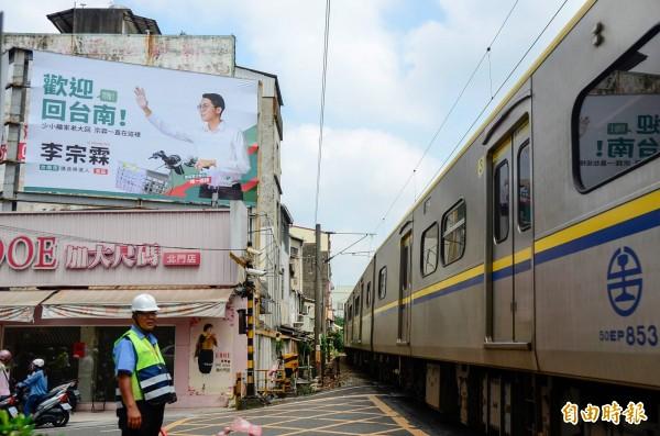 李宗霖說,看板位置可以向搭火車的民眾宣傳。(記者邱灝唐攝)