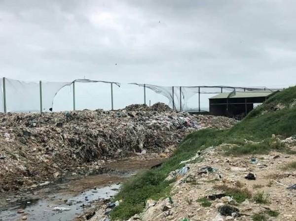 連日豪雨將垃圾沖出汙水池,衛生環境堪慮。(楊曜提供)