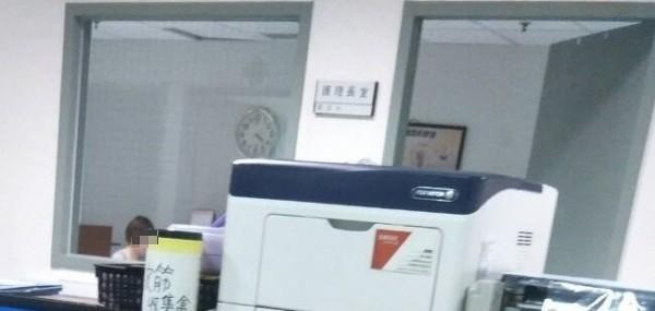 民眾投訴,衛福部嘉義醫院讓離職護理師返回用電腦,讓人質疑管理鬆散。(讀者提供)