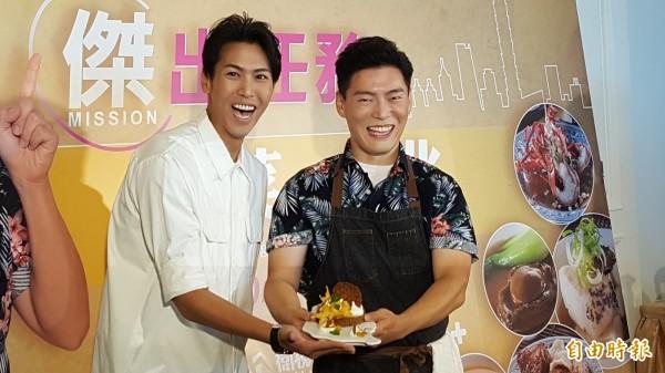 王凱傑(右)拿著自己做的甜點「芝麻楊桃蛋白霜塔」。(記者楊心慧攝)