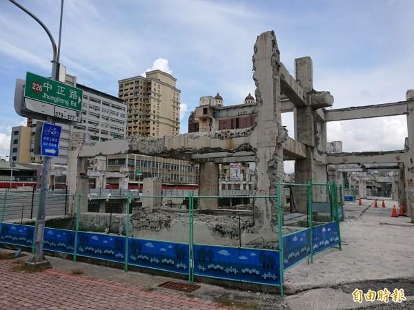 中國城廣場景觀工程停擺,現地如一片廢墟。(記者洪瑞琴攝)