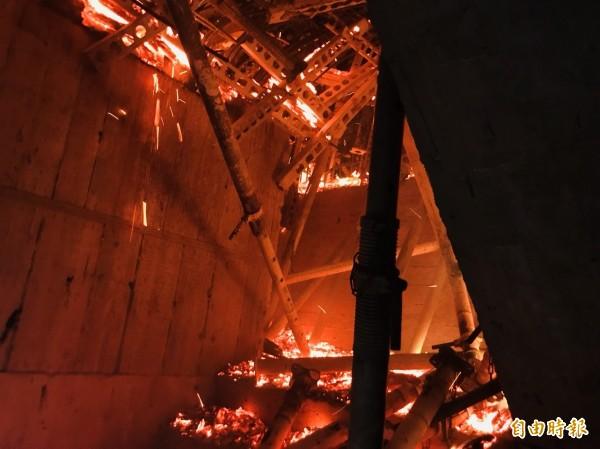 消防人員一度進入火場搶救,但因火勢過於猛烈,又全部召回。(記者曾健銘翻攝)