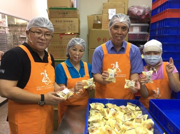 陳學聖到伊甸庇護工場當一日員工,幫忙包裝月餅。(陳學聖服務處提供)(記者李容萍攝)