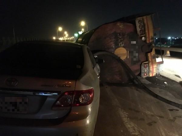 西濱快彰化鹿港段發生槽車翻覆,造成自小客車也撞上槽車。(記者劉曉欣翻攝)