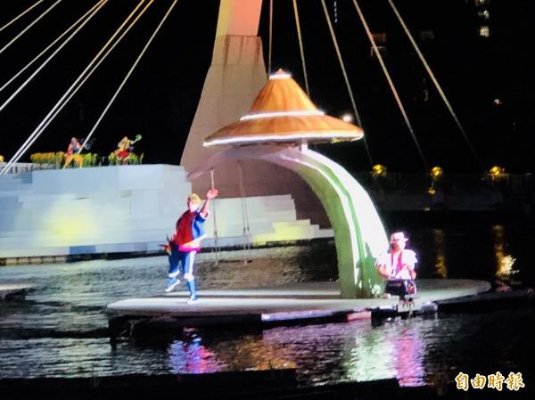 超夢幻的《水young桃源》大型音樂劇戶外表演開演,只限假日晚間演出。(記者李容萍攝)
