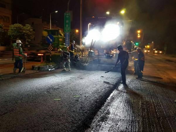 高市工務團隊持續趕工刨鋪道路、整補坑洞。(記者王榮祥翻攝)