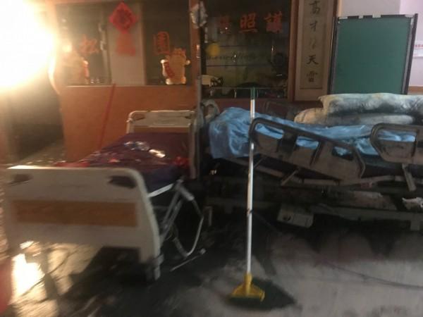 衛福部台北醫院附設護理之家上月13日傳出重大火警,造14人死亡;火場鑑定報告出爐,為電氣因素釀災,傾向超長波健康器(L3床墊型)起火釀災;圖為起火後其餘病房焦黑電動床,非起火床。(記者吳仁捷翻攝)