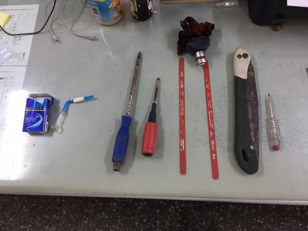 警方在嫌犯身上起出的鋸子等犯罪工具。(記者葉永騫翻攝)