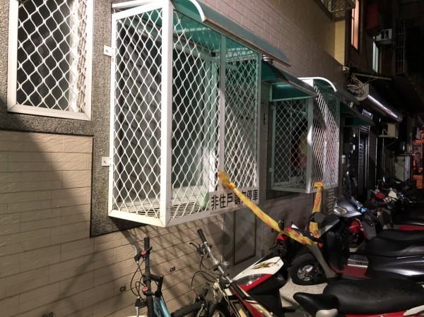 女大生住在一樓租屋處,警方在窗戶上也拉起封鎖線,警方調查,窗戶與大門都是從內反鎖。(記者王捷翻攝)