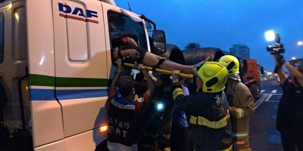 消防人員將傷者從車內救出。(記者洪臣宏翻攝)