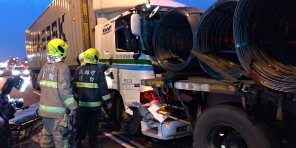 受傷駕駛困在車內,消防人員進行搶救。(記者洪臣宏翻攝)