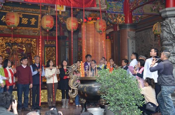 總統蔡英文(左5)今年大年初一到台東天后宮,鄺麗貞(左6)就站在總統左手邊一同拉繩揭匾。(記者黃明堂翻攝)