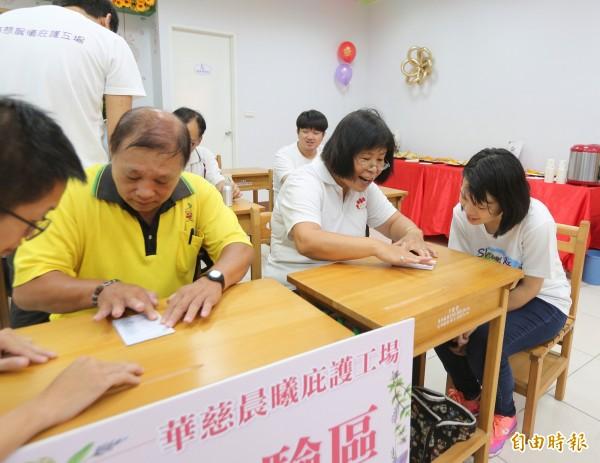 來賓參與文創商品DIY體驗活動。(記者翁聿煌攝)
