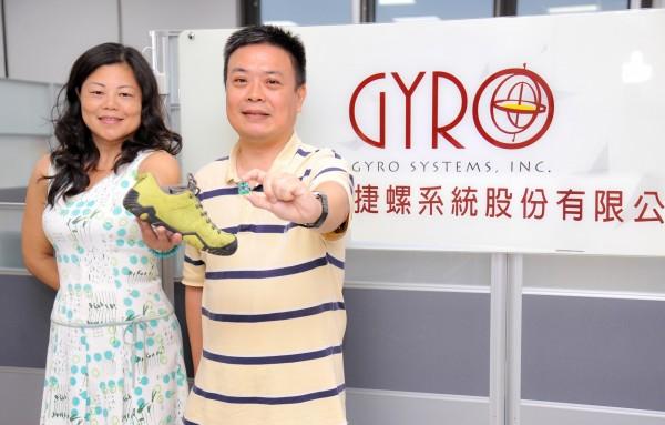 清華電機工程系教授馬席彬(右)向返校創業的物理系校友黃希雯(左)提出智慧晶片的設計建議。(清大提供)