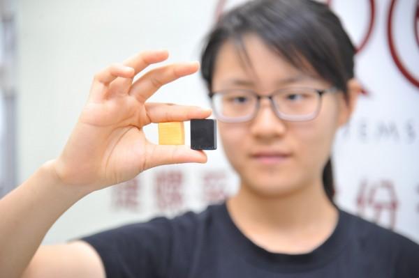 智慧晶片(右)僅約1顆牛奶糖(左)大小。(清大提供)