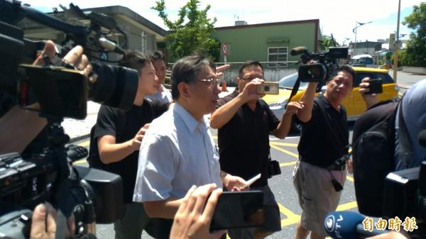 柯文哲抵達花蓮站,面對記者詢問陳景峻辭去北農董事長一事,婉拒採訪。(記者王錦義攝)