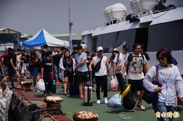 東琉線今天仍有大批人潮,明天因颱風將部分停駛。(記者陳彥廷攝)