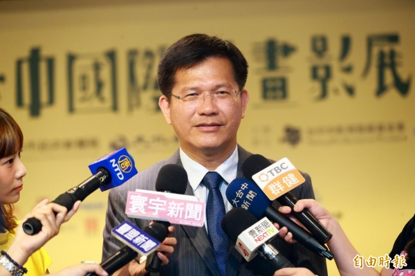 媒體詢問市長選舉民調變化,林佳龍希望競爭者停止負面選舉、正向表達理念。(記者黃鐘山攝)