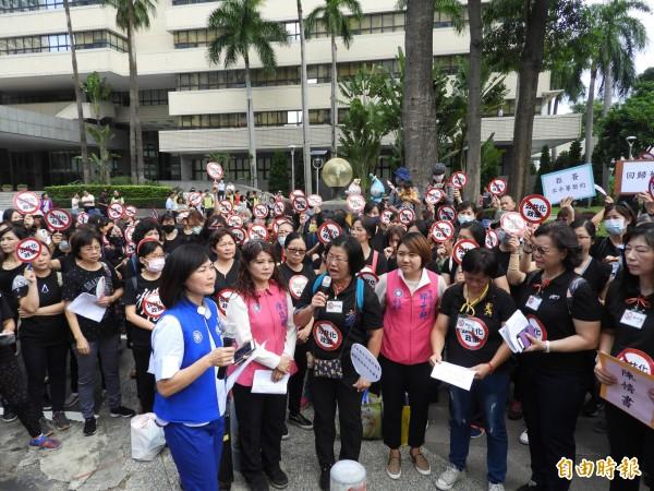 抗議準公共化托育,高雄300名保母於市府前抗議。(記者葛祐豪攝)