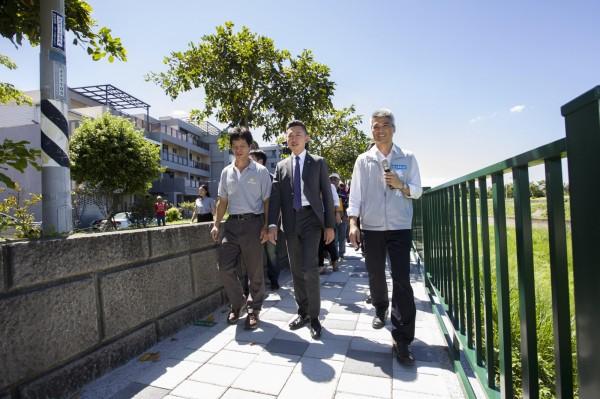 新竹市府投入2千萬元經費在客雅溪堤岸頂雅橋至牛埔橋路段進行人行步道鋪設,今天正式完工啟用。(市府提供)