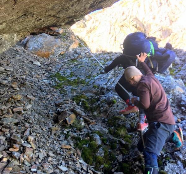 玉山東峰發生山友墜崖意外,玉管處救難人員以人力背負方式,將山友遺體運出溪谷。(記者謝介裕翻攝)