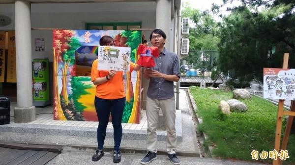 雲林布袋戲館營運長王永勝(右)說明營運現況。(記者廖淑玲攝)