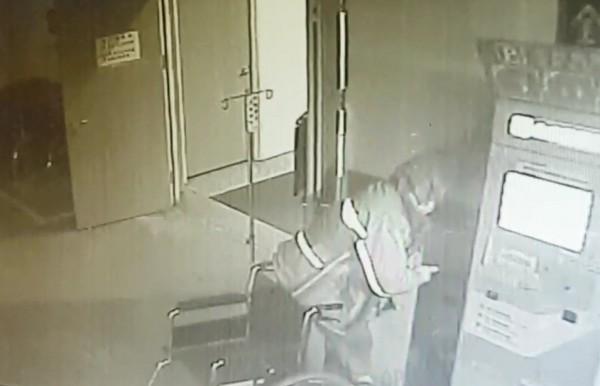 邵嫌遭監視器拍下行竊。(記者徐聖倫翻攝)