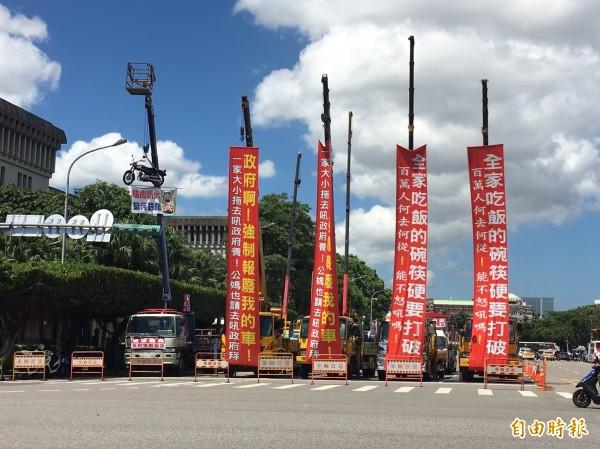大車吊掛抗議布條。(記者楊綿傑攝)