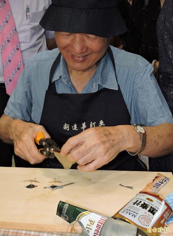 現年80歲的胡達夫自創「釘」畫,以鐵釘搭配各式各樣的鋁罐,「釘」出美麗的畫作。(記者林良哲攝)