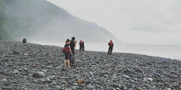 蘇澳鎮粉鳥林沙灘今下午3點20分有5名遊客散步,其中1名女性不慎遭海浪捲入海中,宜蘭縣政府消防局出動搜救。(記者林敬倫翻攝)