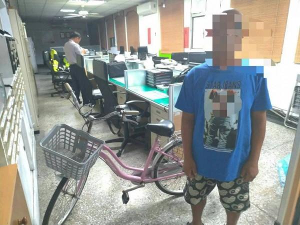 吳男(見圖)偷走清寒女學生的腳踏車。(記者陳賢義翻攝)