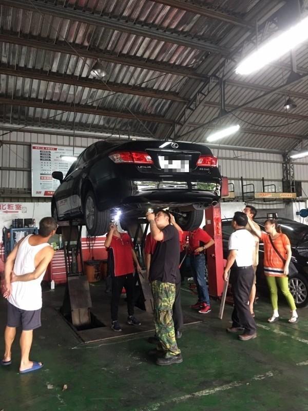 彰化縣福興鄉一家修車廠出動師傅幫客戶抓蛇。(陳永聰提供)