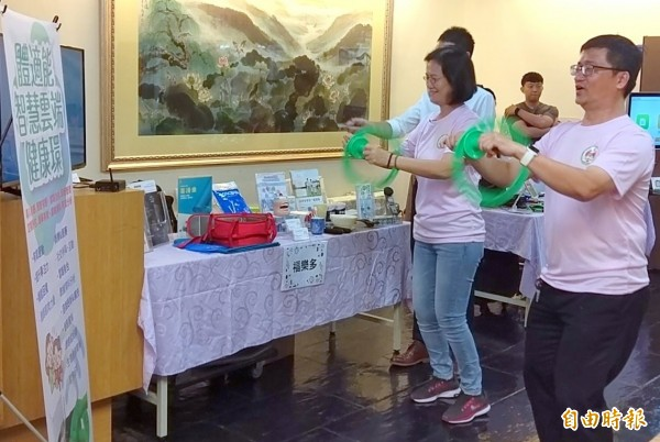 南投縣竹山秀傳醫院副院長蔡味娟(右2),與民眾一起體驗健康環遊戲情形。(記者謝介裕攝)