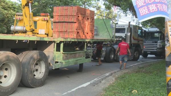 139線又傳事故,滿載磚塊的拖板車突然車頭、車身分離。(記者湯世名翻攝)