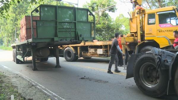 139線今天下午又傳事故,滿載磚塊的拖板車突然車頭、車身分離。(記者湯世名翻攝)