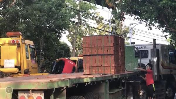 139線今天下午又傳事故,滿載磚塊的拖板車突然車頭、車身分離,緊急把車斗上的磚塊吊至路旁。(記者湯世名翻攝)