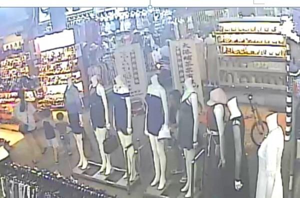 翁女涉嫌偷竊服飾店外模特兒的外套,一整排假模特兒只有右側光著上身。(記者黃良傑翻攝)