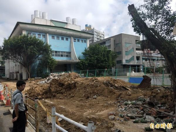基隆市政府進行成功國小通學步道改善工程,卻因為將十多棵老榕樹砍除,惹來校友抨擊。(記者俞肇福攝)