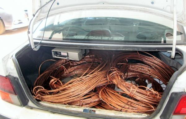 南投縣警察局竹山分局在電纜線竊盜集團的車子裡起出大批被竊的電纜線。(記者謝介裕翻攝)