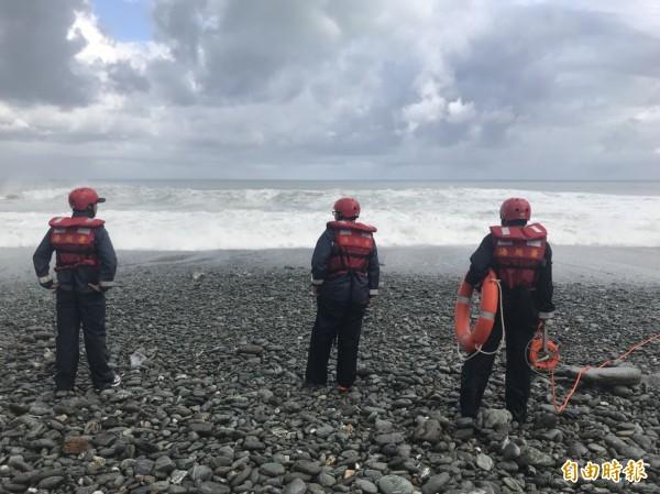 海巡人員在沿岸搜尋失蹤的陳姓女子。(記者林敬倫翻攝)