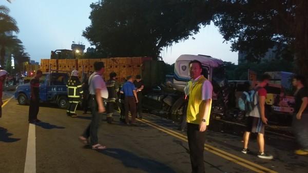 南投市區發生重大車禍,滿載磚塊的大型板車造成市區交通大亂。(記者謝介裕攝)