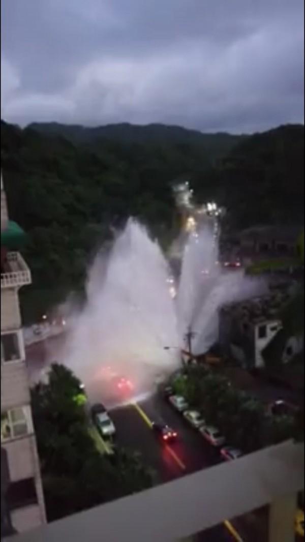 基隆調和街觀海街口自來水管破管,水勢滔天而起,相當驚人。(讀者提供)