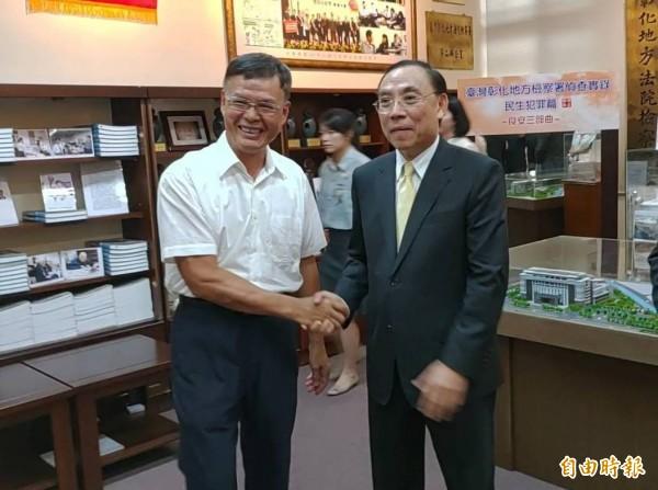 法務部長蔡清祥(右)與初任檢察官時搭配的書記官黃榮彬(左)相見歡。(記者陳冠備攝)
