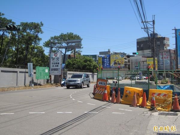 新豐鄉康樂路與德昌街路口的雨水下水道工程停滯逾2個月,已發生多起擦撞事故,引發用路人抱怨連連。(記者廖雪茹攝)