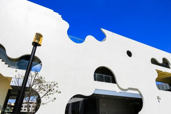 彰化市水資中心建物的白色景觀牆,鏤空的山櫻花。(彰化縣政府提供)